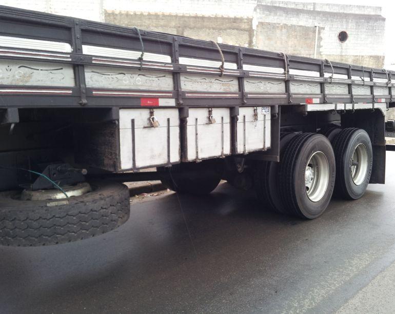 Ford Cargo 2422 6X2 (3 Eixos) - Foto #3