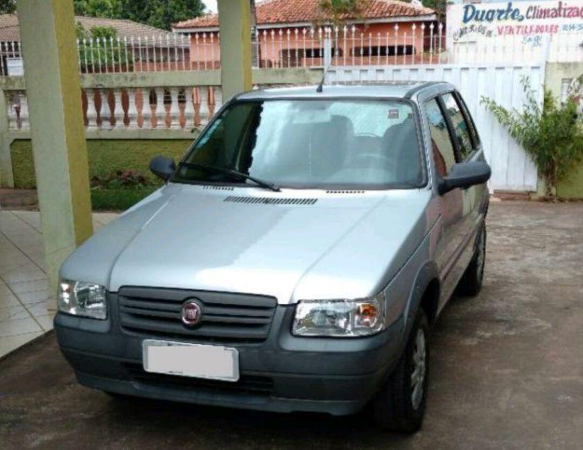 Resultado de imagem para Fiat Uno, de cor prata