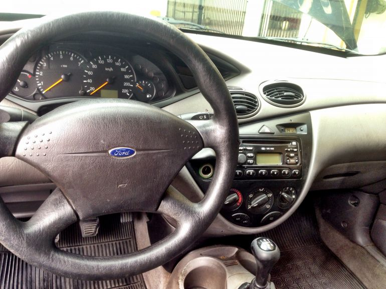 Ford Focus Hatch 1.8 16V - Foto #6