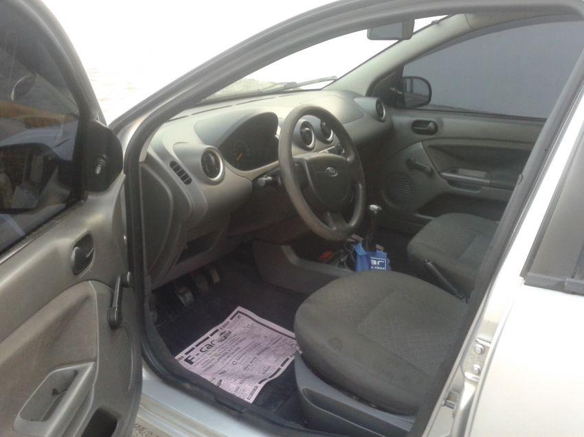 Ford Fiesta Sedan Personnalité 1.0 8V - Foto #4