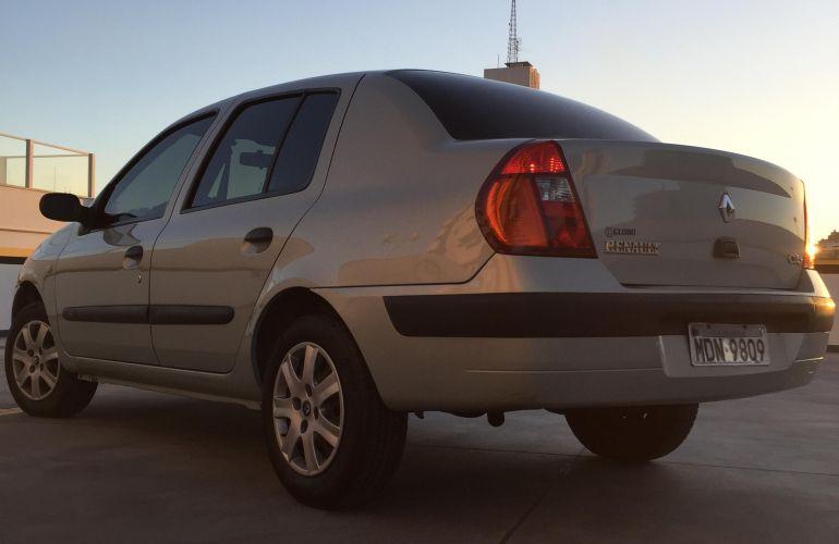 Renault Clio Sedan Expression 1.0 16V - Foto #1