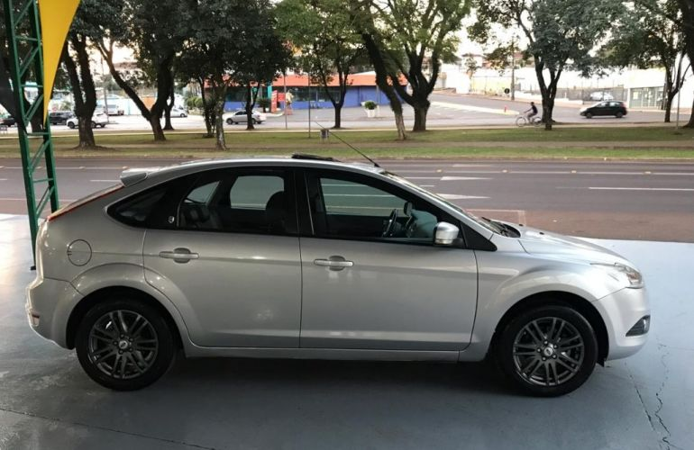 Ford Focus Hatch Ghia 2.0 16V (Aut) - Foto #2
