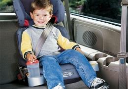 Como transportar bebês no carro