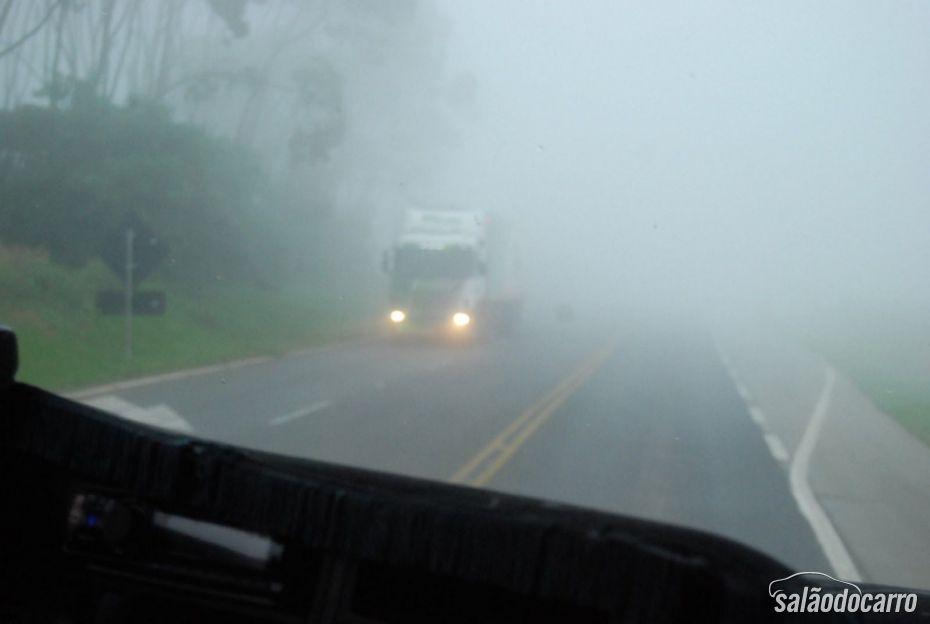 Dicas para dirigir com neblina
