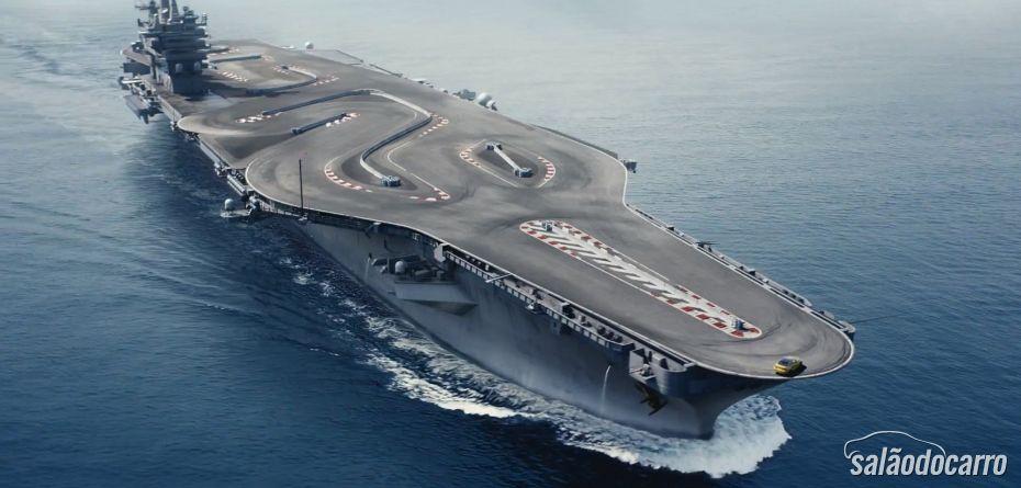 BMW coloca M4 fazendo drift em um porta-aviões