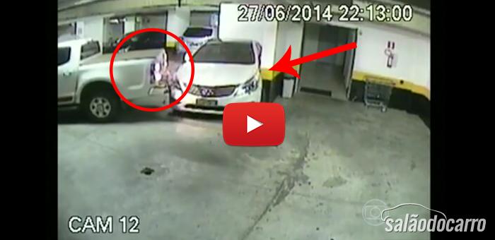 Motorista furioso detona carro do vizinho de vaga