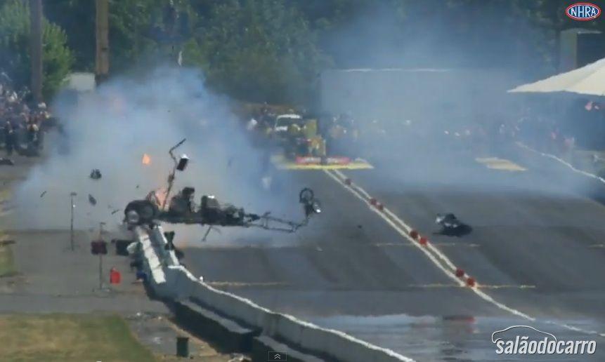 Piloto escapa de incrível acidente de Dragster