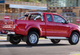 Toyota Hilux ganha versão com motor flex
