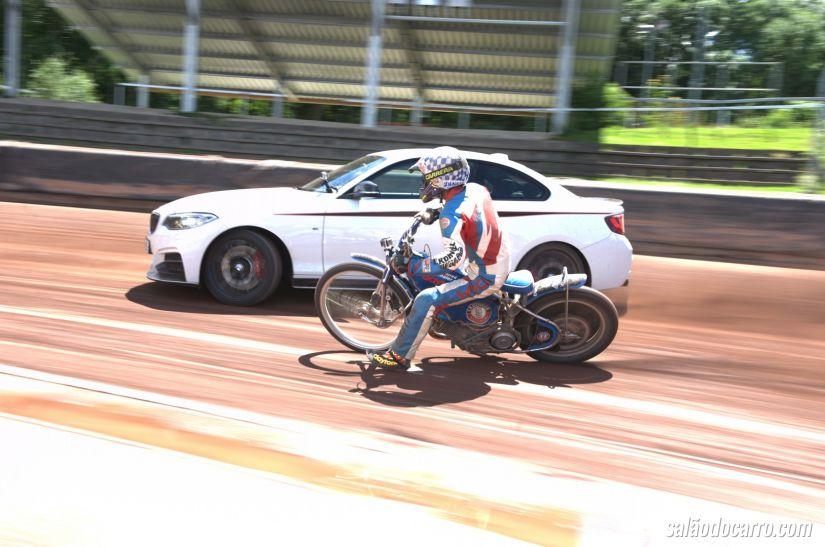 Drift entre BMW M235i e uma Motocicleta