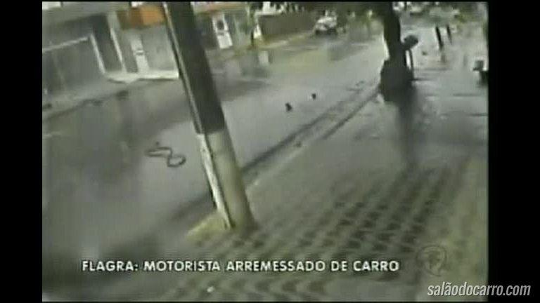 Imagens incríveis mostram adolescente sendo arremessado de carro em acidente