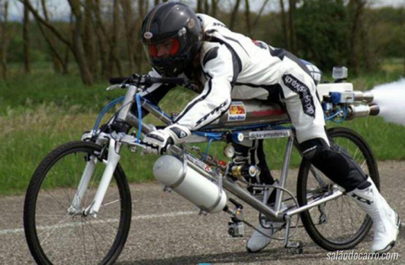 Francês monta bicicleta turbinada e supera velocidade da Ferrari