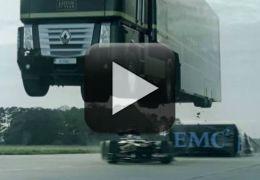 Caminhão consegue salto incrível por cima de carro de F-1