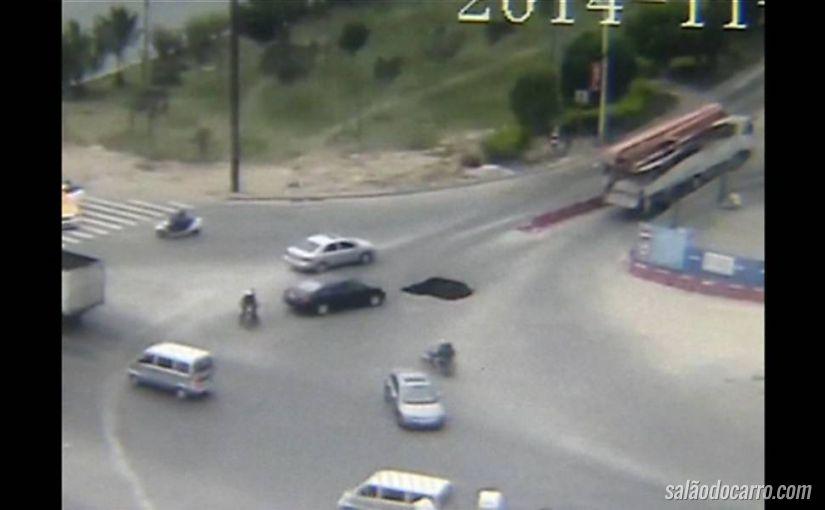 Vídeo mostra carro sendo engolido por buraco no meio da rua