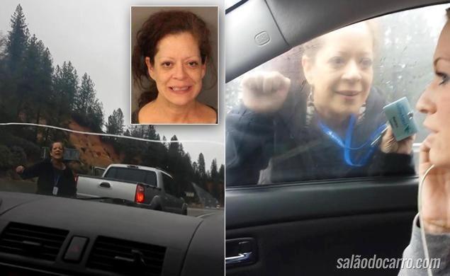 Mulher com crise de raiva tenta tirar carro da estrada em movimento