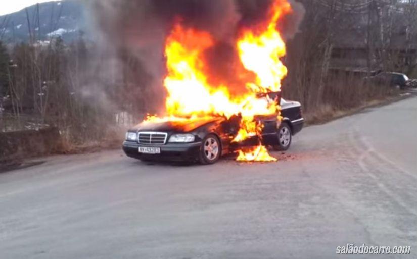 """Carro pega fogo e """"escapa"""" dos bombeiros"""