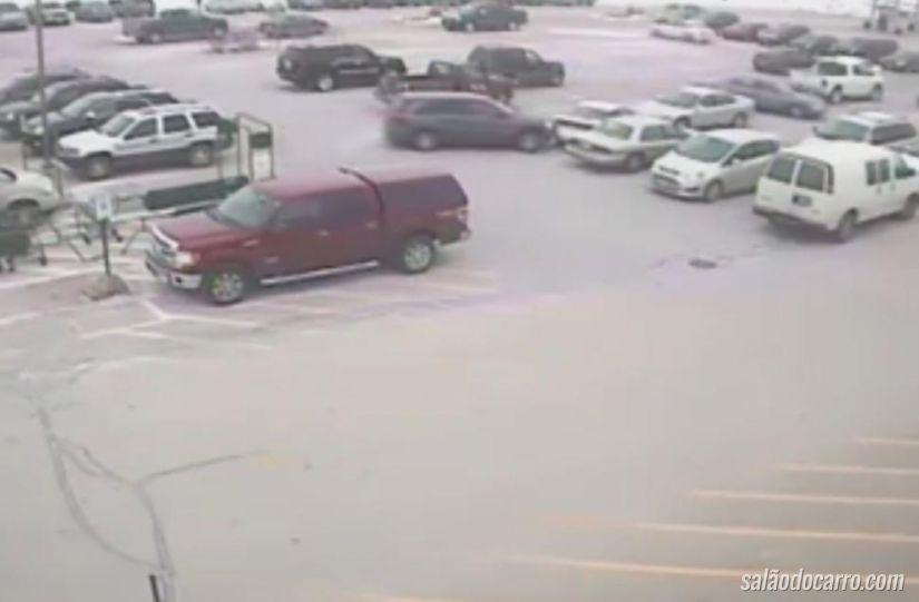 Idoso bate em diversos carros dentro de estacionamento
