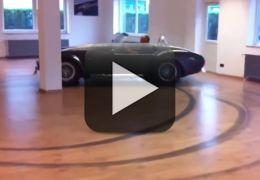 Motorista faz manobras radicais dirigindo um Shelby dentro de uma sala de estar