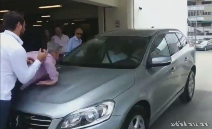 Carro que estaciona sozinho atropela duas pessoas