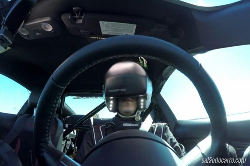 Piloto dirige carro real utilizando óculos virtuais