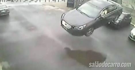 """Confira um Subaru """"voando"""" por cima de carros"""
