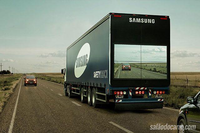 Caminhões da Samsung circulam com telas nas traseiras dos veículos