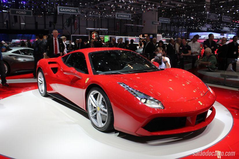 Motorista mostra Ferrari ultrapassando velocidade máxima estipulada pela fabricante