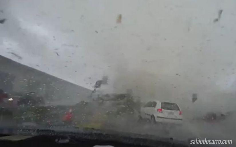 Imagens mostram carro sendo sugado por tornado