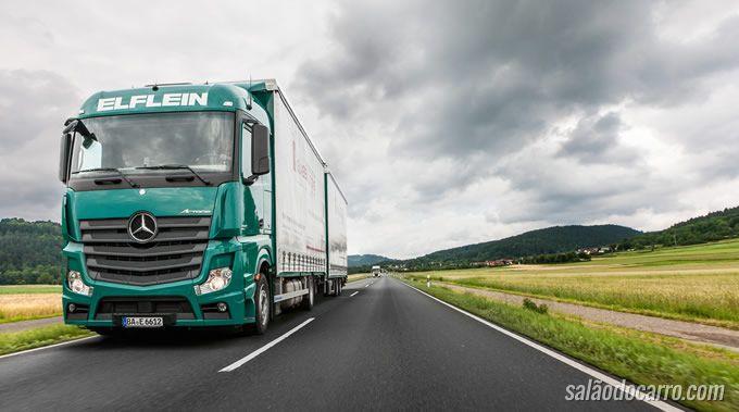 Confira um caminhão autônomo circulando por uma grande rodovia