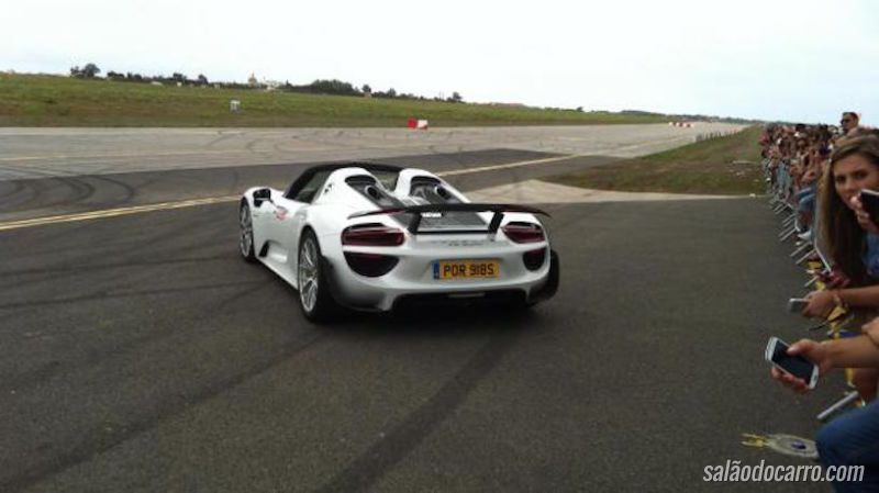 Imagens mostram acidente com Porsche durante exibição