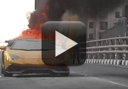 Lamborghini Aventador pega fogo em avenida