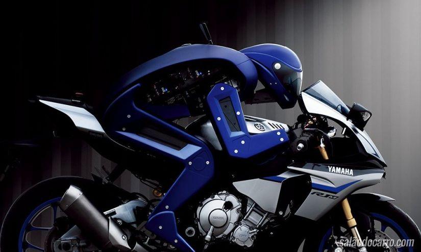 Conheça o robô que consegue pilotar uma moto