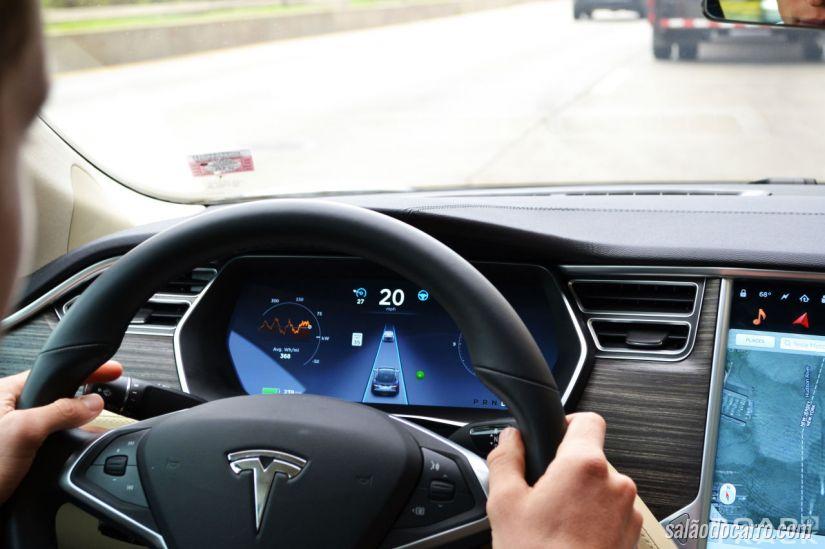 Radialista prova que é possível fazer a barba e comer em um Tesla em movimento