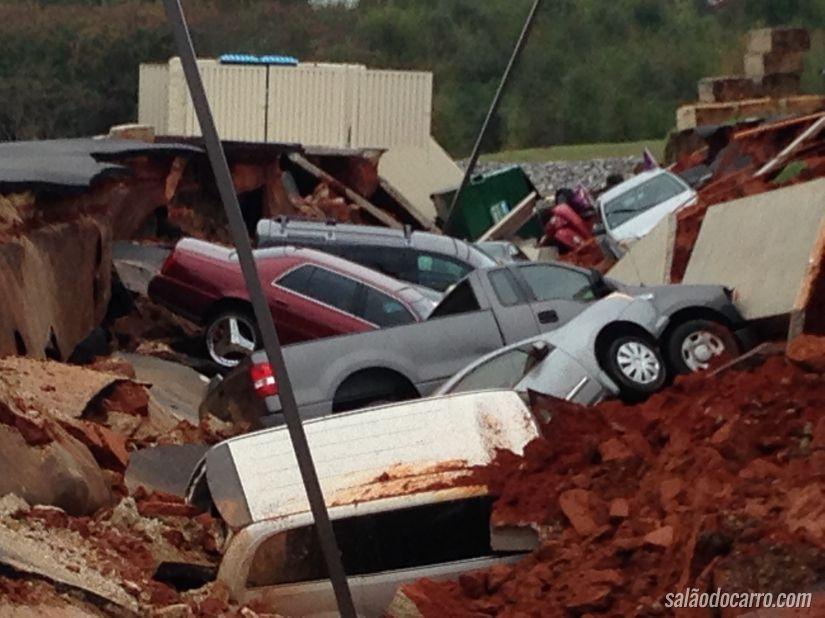 Grande cratera engole carros nos Estados Unidos