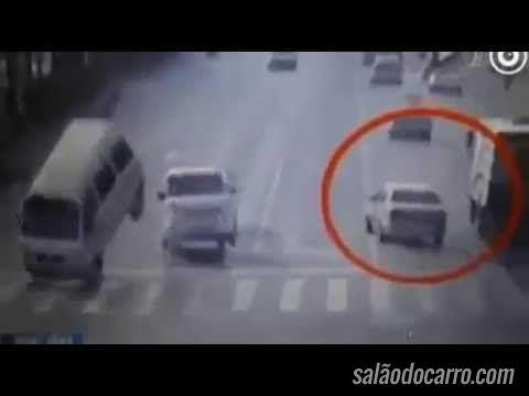 """Vídeo com carros """"flutuando"""" causa polêmica nas redes sociais"""