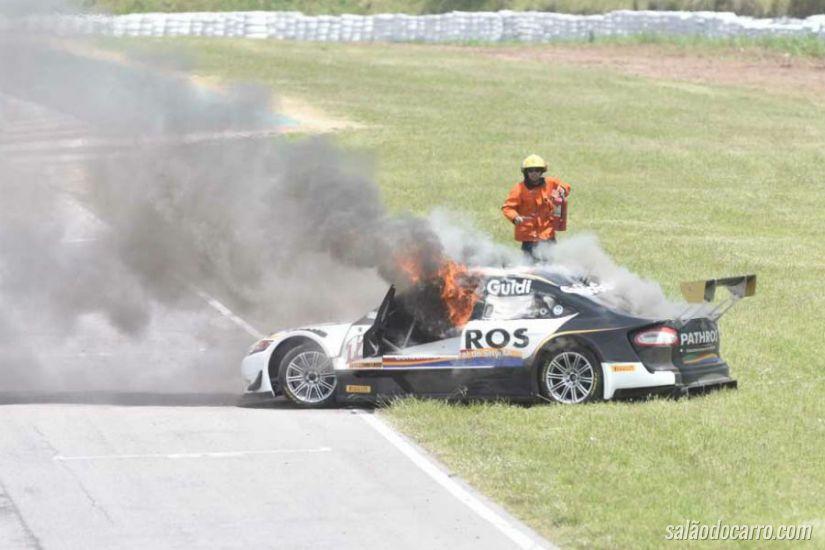Carro pega fogo durante prova de Stock Car