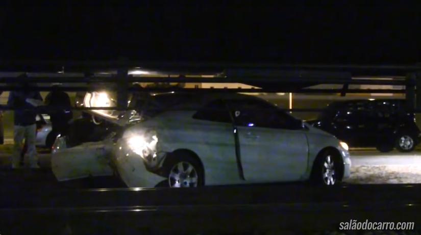 Civic Coupé atingido por trem consegue sair andando do local do acidente
