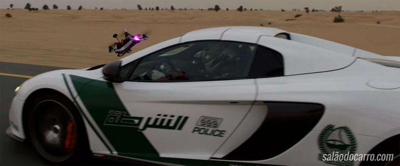 Carro da McLaren disputa corrida com um drone