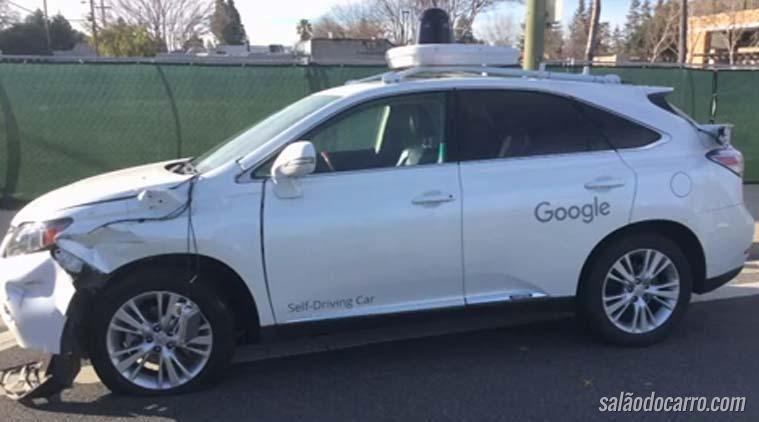 Carro autônomo do Google bate em ônibus