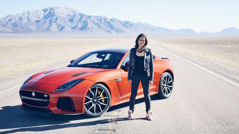 Michelle Rodriguez aparece acelerando um Jaguar F-TYPE SVR