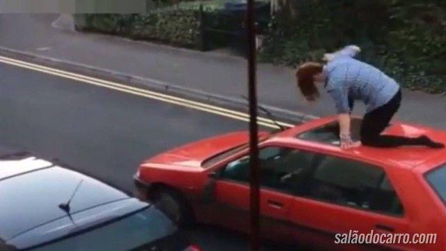 Mulher flagrada tentando destruir carro