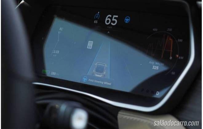 Imagens mostra motorista dormindo dentro de carro da Tesla em movimento