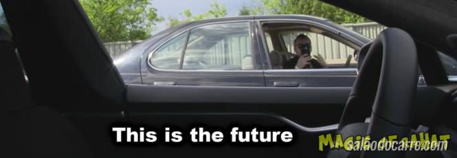 Vídeo mostra reação de pessoas que se deparam com carro sem motorista