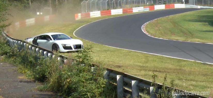 Piloto de Audi 8 se envolve em acidente em Nürburgring