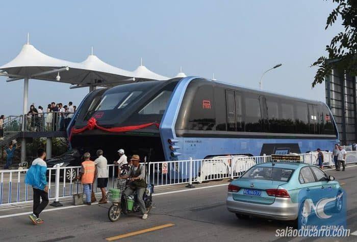 Ônibus que passa por cima do tráfego começa fase de testes