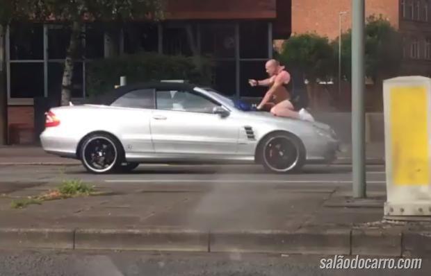 Homem destrói carro em dia de fúria