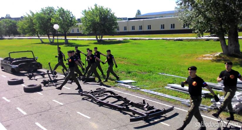 Vídeo mostra cadetes russos montando e desmontando um carro rapidamente