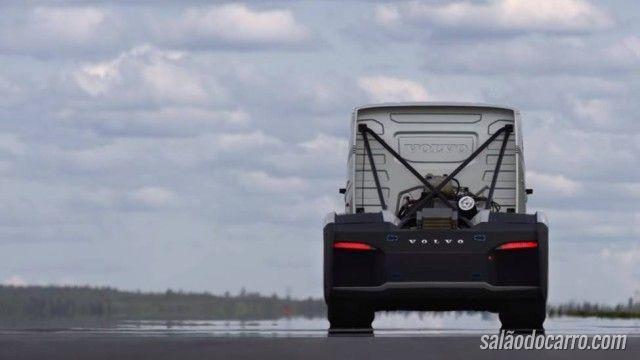 Caminhão tenta quebrar recorde de velocidade