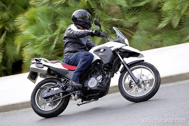 Motos da BMW sofrem recall por apagão no motor