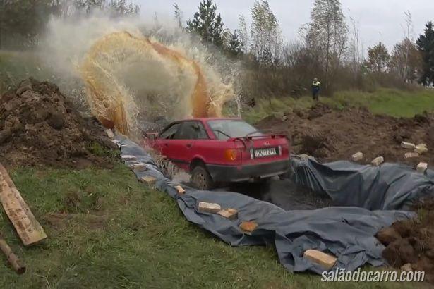 Idoso coloca carro dentro de uma piscina de coca cola