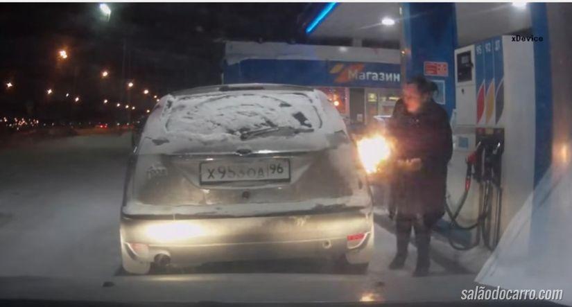 Vídeo mostra mulher brincando com fogo em posto de gasolina